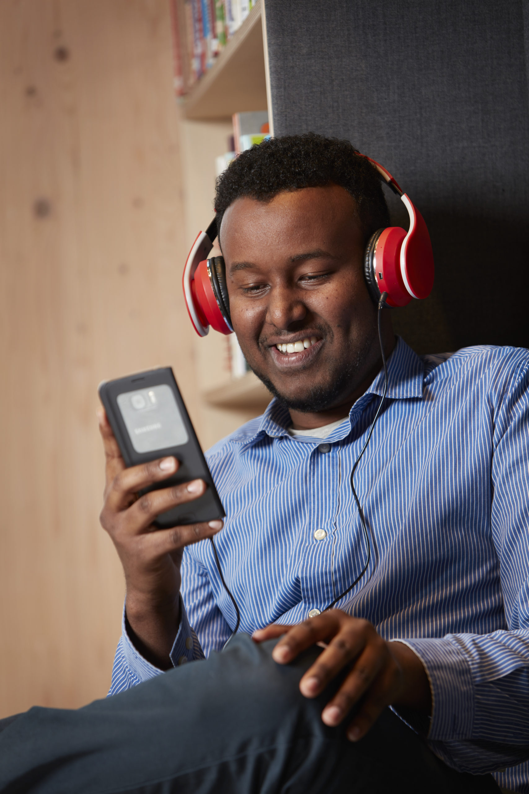 Mann med mobil og høretelefoner Foto Jarle Nyttingnes